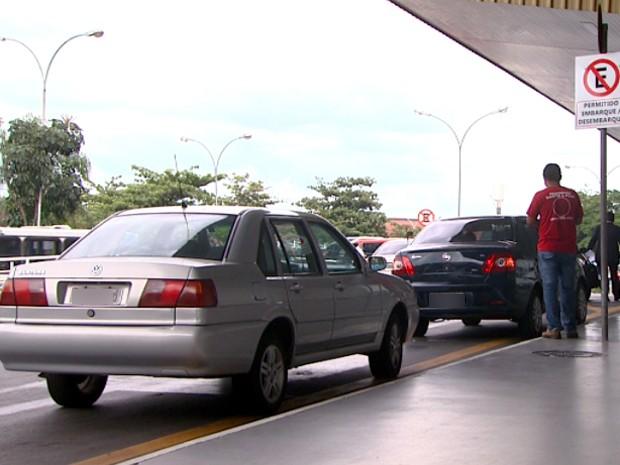 Motorista para carro em local que é permitido apenas para desembarque (Foto: Victor Freitas / EPTV)