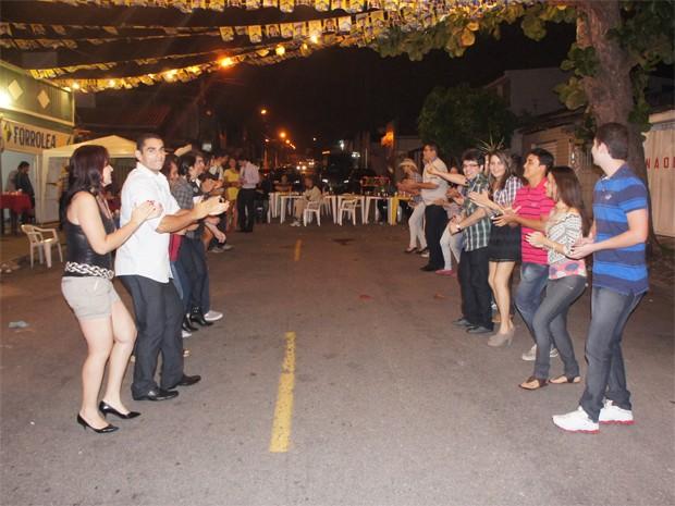 Quadrilha teve a participação de diversos moradores e visitantes do bairro (Foto: Inaê Teles/G1)