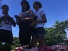 Fãs cantam no túmulo de Cristiano Araújo 6 meses após morte; vídeo