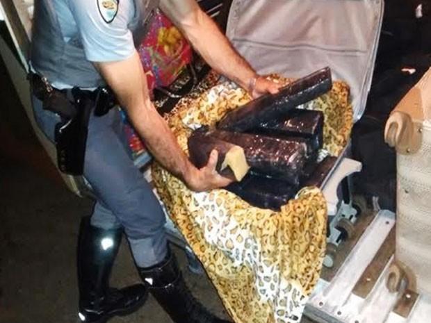Mala com droga estava em nome de uma pessoa que não havia embarcado no ônibus (Foto: Polícia Rodoviária/Divulgação)