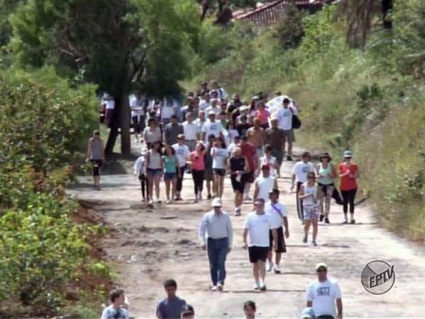 Moradores fizeram caminhada durante o domingo (7) (Foto: Reprodução EPTV)