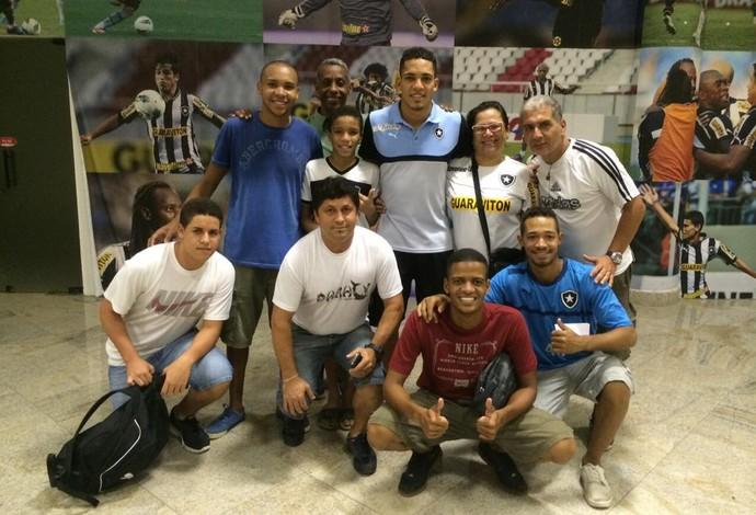 Gilberto comemora vitória do Botafogo com a família no Nilton Santos (Foto: Divulgação / Botafogo)