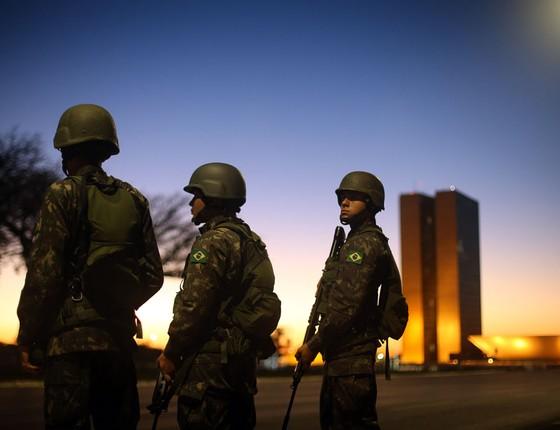 Exército em guarda em frente a ministérios na Esplanada dos Ministérios em Brasilia (Foto: Adriano Machado/ÉPOCA)
