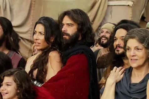 Elenco em cena de 'Os Dez Mandamentos' (Foto: Reprodução)