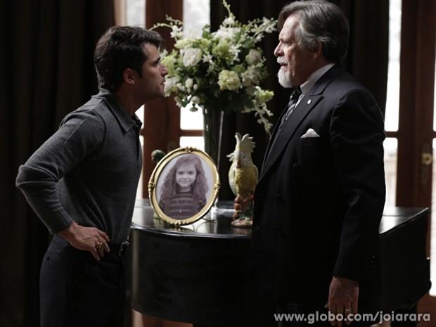 Franz dicuste com Ernest e fala para joalheiro deixar Hilda sair do quarto (Foto: Fábio Rocha/TV Globo)