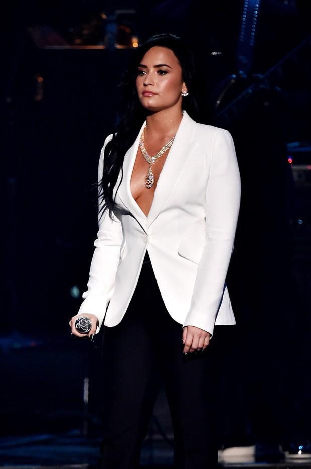 Demi Lovato usa colar de R$ 8 milhões da joalheria Mouawad em show especial no Grammy 2016 em homenagem a  Lionel Ritchie (Foto: Getty Image)