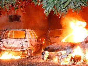 Fogo atingiu nove carros estacionados no pátio (Foto: Odair Oliveira/Sento Sé em Foco)