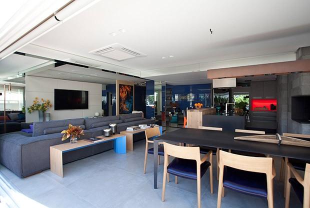 Decoração azul traz ar descolado para apartamento de jovem casal (Foto: Marco Antonio)