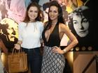 Carla Prata usa look decotado para ir ao teatro com Rayanne Morais no Rio