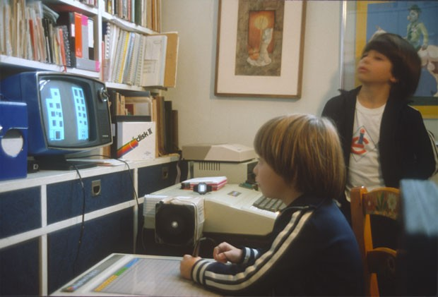 Filhos de Pellanda brincam com computador da Apple (Foto: Arquivo Pessoal)