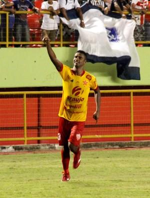 Gilson, zagueiro do Rio Branco, comemorando gol na Arena da Floresta (Foto: João Paulo Maia)