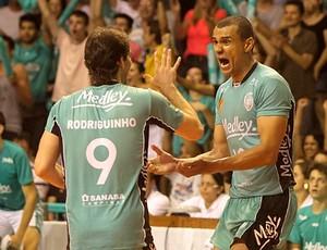 Rivaldo e Rodriguinho comemoram ponto do Campinas (Foto: Cinara Piccolo | Piccolo & Inamine)