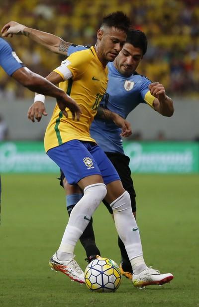 Neymar protege a bola de Luis Suárez Brasil x Uruguai (Foto: AP Photo/Leo Correa)