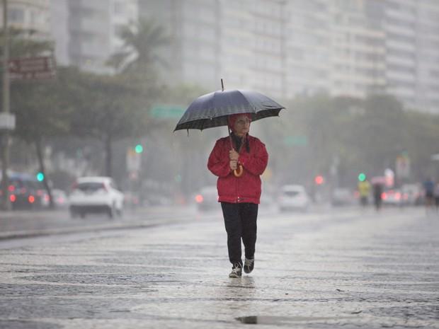 Frente fria chega ao Rio e deixa a quinta-feria chuvosa na cidade. Na foto, frio e chuva na orla em Copacabana. Foto de Márcia Foletto/Agência O Globo (Foto: Márcia Foletto/Agência O Globo)