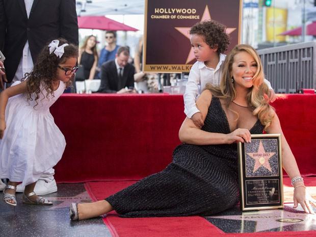 Os filhos gêmeos de Mariah Carey e Nick Cannon, Monroe e Moroccan, acompanharam a mãe na cerimônia em que a cantora recebeu a estrela na calçada da fama de Hollywood nesta quarta-feira (5) (Foto: Mario Anzuoni/Reuters)