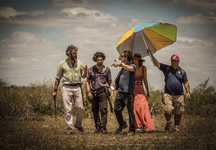 Ao fim das gravações, Domingos Montagner conversava com o diretor Antonio Karnewale e com os atores Gabriel Leone e Camila Pitanga (Foto: Renan Castelo Branco/ Gshow)