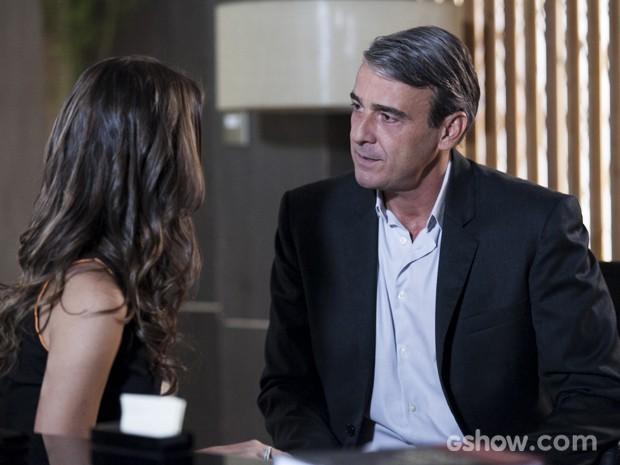 Thomaz tenta acalmar Fernanda (Foto: Inácio Moraes/TV Globo)