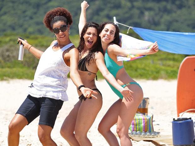 Sobrou até para a equipe de caracterização! Thalita Lippi e Marianna Armellini fazem graça no intervalo das gravações (Foto: Guerra dos Sexos / TV Globo)