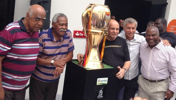 Ex-craques do Santos posam ao lado de taça do Campeonato Paulista (Foto: Lucas Musetti)