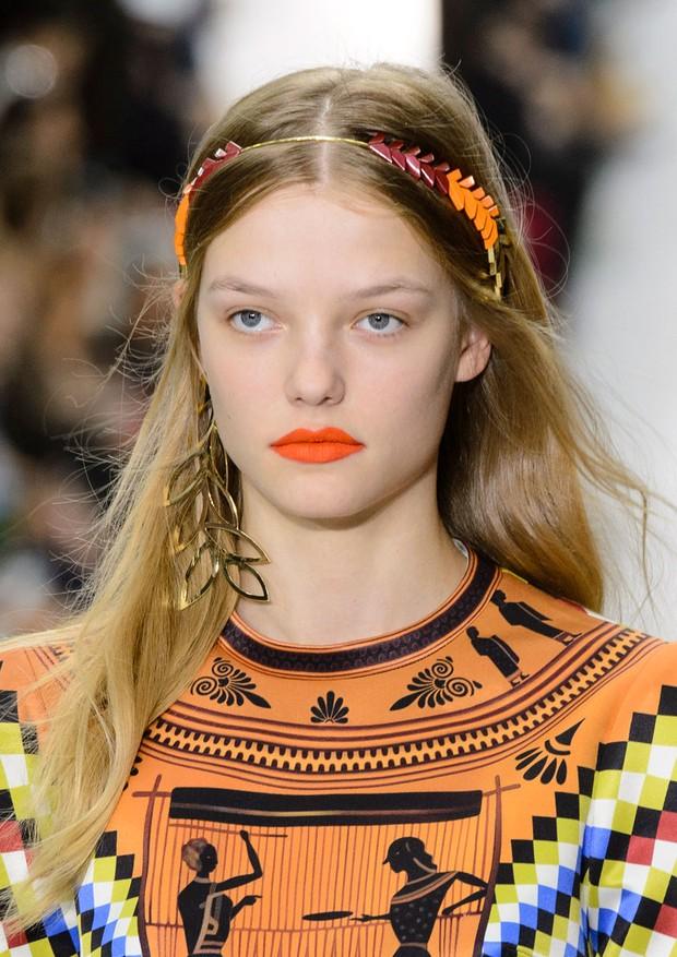 Lábios vibrantes e enfeites poderosos nos cabelos: eis duas das grandes tendências de beleza de Londres (Foto: ImaxTree)