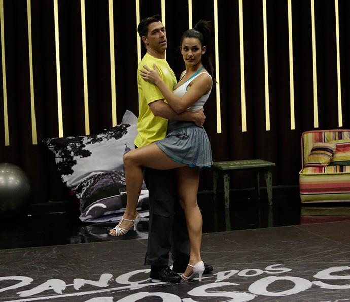Marcelinho não quer perder tempo e aprender logo a coreografia (Foto: Artur Meninea/Gshow)