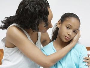 Criana com epilepsia e doente aos cuidados de sua me (Foto: Getty Images)