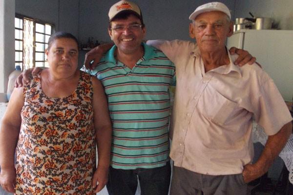 Carlos Henrique no encontro com seu pai Edson e sua madrasta  (Foto: Arquivo Pessoal)