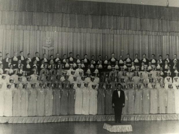 Primeira apresentação do Coral da Universidade Federal do Paraná (UFPR), em 1958 (Foto: Assessoria de Comunicação da UFPR / Divulgação)