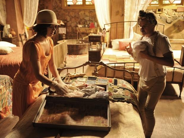 Pirangi ajuda Lindinalva a fugir da cidade (Foto: Gabriela / TV Globo)