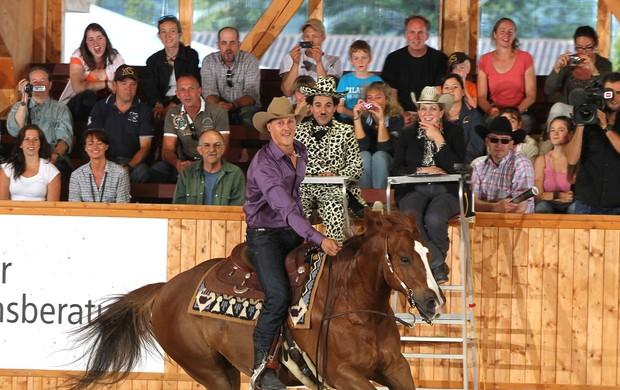michael schumacher montando a cavalo (Foto: Divulgação / Site Oficial)