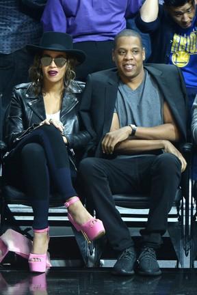 Beyonce e Jay Z tiram onda na  primeira fila do jogo de basquete dos Lakers, em Los Angeles (Foto: AKM)