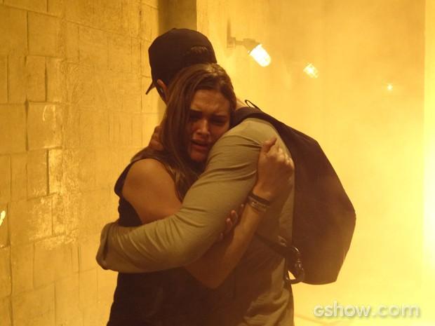 Lili e Marlon fogem da explosão (Foto: Além do Horizonte/TV Globo)