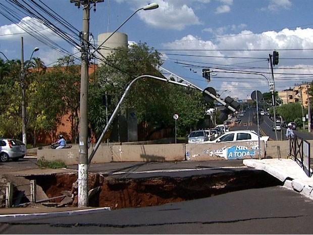 Ponte que cedeu na Avenida Francisco Junqueira, em Ribeirão Preto (Foto: Reprodução EPTV)