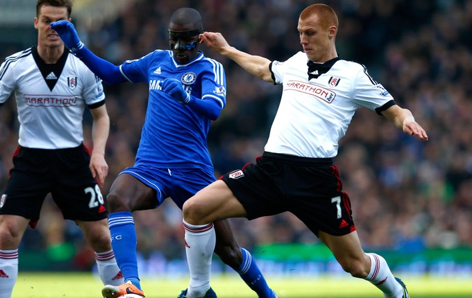 Ramires chelsea e Sidwell fulham (Foto: Agência Reuters)