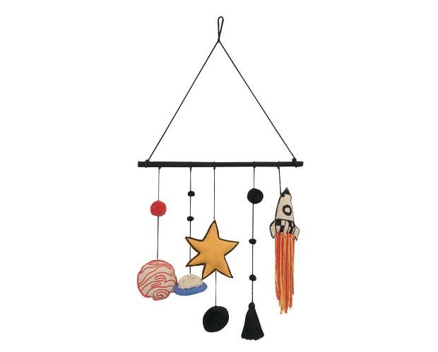 7. Em órbita | O móbile 100% algodão traz pingentes em formatos divertidos de foguete, planetas e cometas. Para usar sobre o berço ou complementar a decoração da parede do quarto das crianças. Lorena Canals para Mimoo Toys'n Dolls, R$ 299, mede 50 cm x 46 (Foto: Divulgação)