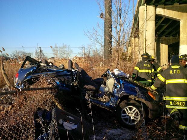 Carro com duas mulheres caiu de ponte em acidente nos EUA; elas sobreviveram com ferimentos leves (Foto: Hackensack Fire Department, Justin Derevyanik/AP)