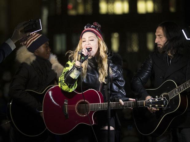A cantora Madonna e o seu filho David Banda (à esquerda) durante show supresa em parque de Nova York, na noite desta segunda-feira (7), em apoio a Hillary Clinton na eleição dos Estados Unidos (Foto: Matt Rourke/AP)