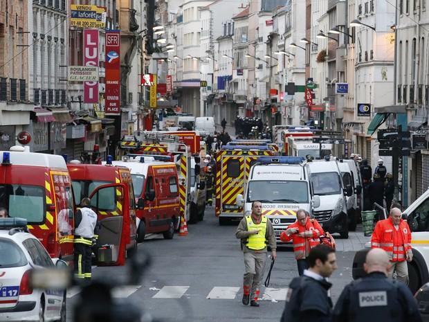 Polícia e ambulâncias durante caçada a mentor de atentados em Paris; operação foi realizada em Saint-Denis (Foto: AP Photo/Francois Mori)