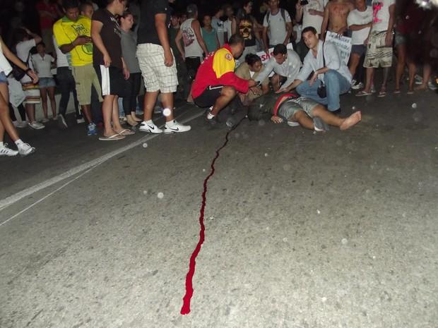 Atropelado em manifestação de Cabo Frio (Foto: João Phelipe Soares)