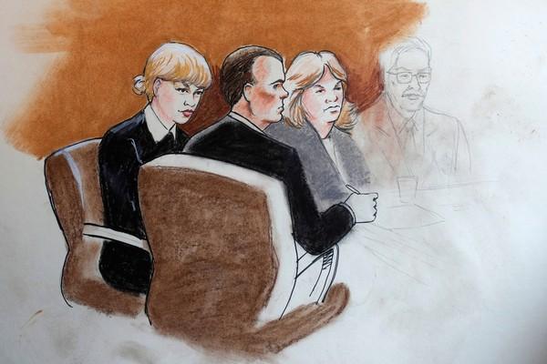 Uma reconstituição ilustrada do julgamento do homem acusado de assediar Taylor Swift mostrando a presença da mãe da cantora (Foto: Divulgação)