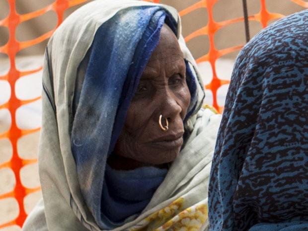 Refugiada espera por atendimento médico no Chade (Foto: Sylvain Cherkaoui/Cosmos/ Médico Sem Fronteiras)