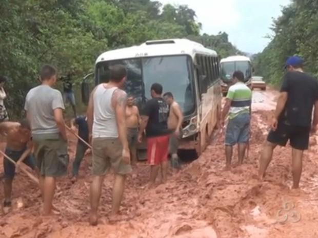 Motoristas que trafegam na rodovia relatam ficar até 5 dias atolados (Foto: Reprodução/TV Amapá)