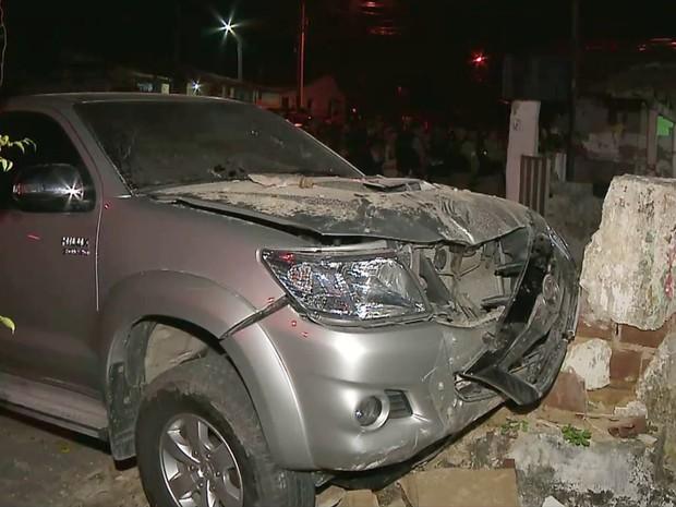 Caminhonete invadiu a calçada e atropelou os dois jovens na Av. 2 de Fevereiro, em João Pessoa (Foto: Reprodução / TV Cabo Branco)