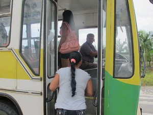 Irma Jorge Ribeiro precisou utilizar um ônibus para chegar até o local de votação em Eldorado, SP (Foto: Anna Gabriela Ribeiro/G1)