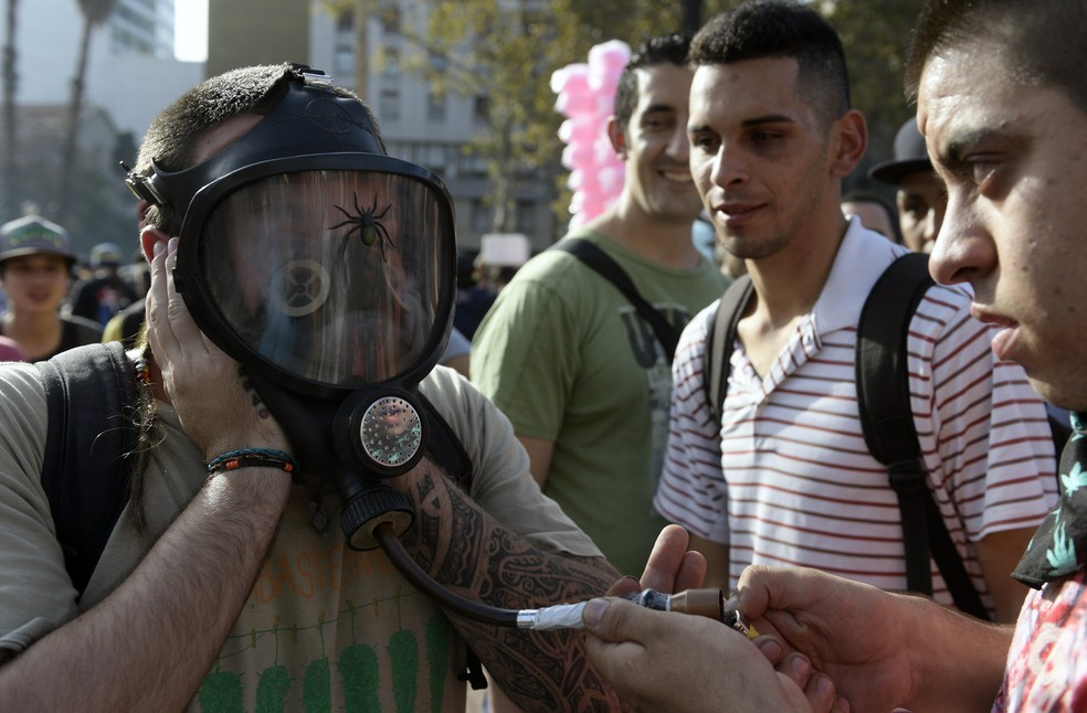 Homem fuma maconha na Praça de Maio, em Buenos Aires, durante marcha pela legalização da erva (Foto: JUAN MABROMATA/AFP)