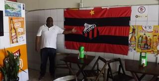 Marcos Silva, o Marcão, mostra bandeira do Ituano em seu bar (Foto: Emílio Botta)