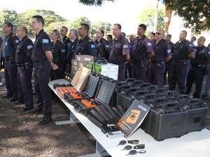 Vinte e cinco armas não letais foram entregues à Guarda Municipal de Araraquara, SP (Foto: Kris Tavares/Tribuna Impressa)