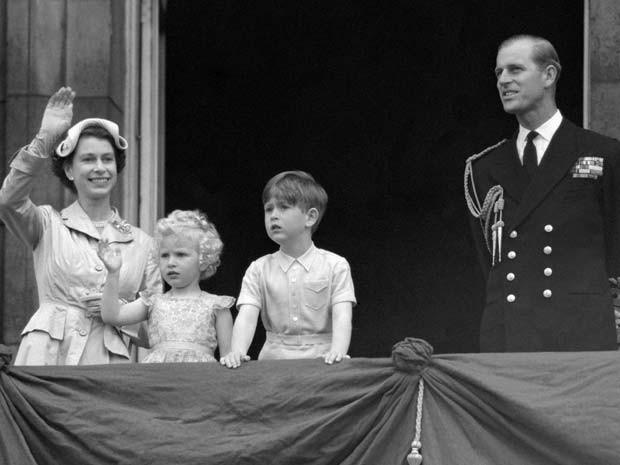 Elizabeth II aparece em varanda do Palácio de Buckingham ao lado dos filhos Anne e Charles e do Duque of Edinburgo em maio de 1954 (Foto: PA, File via AP)