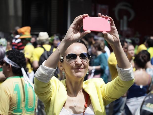 Manifestantes tomam a Avenida Paulista, na região central de São Paulo, protestando contra ações do governo Dilma e contra a corrupção (Foto: Caio Kenji/G1)