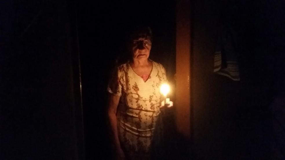 Idosa passa noite sob a luz de uma vela, após ter energia cortada (Foto: Wesley Silas/Portal Atitude Tocantins)